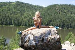 Meisje die op een rots liggen en rivier van mening genieten Royalty-vrije Stock Fotografie