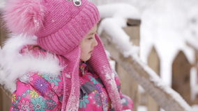 Meisje die op een sneeuwspeelplaats schreeuwen stock footage