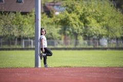 Meisje die a op een sportenfaciliteit stellen Royalty-vrije Stock Afbeelding