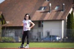 Meisje die a op een sportenfaciliteit stellen Royalty-vrije Stock Foto