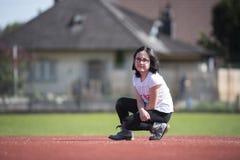 Meisje die a op een sportenfaciliteit stellen Royalty-vrije Stock Fotografie