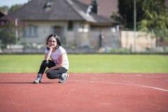 Meisje die a op een sportenfaciliteit stellen Stock Fotografie