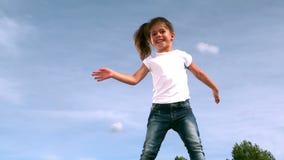 Meisje die op een trampoline springen stock videobeelden