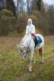 Meisje die op een wit paard berijden Stock Fotografie