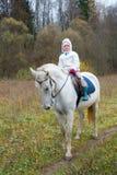 Meisje die op een wit paard berijden Royalty-vrije Stock Foto
