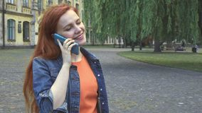 Meisje die op en telefoon spreken die glimlachen lachen stock fotografie