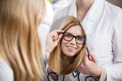 Meisje die op glazen proberen Stock Afbeelding