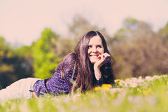 Meisje die op gras liggen royalty-vrije stock fotografie