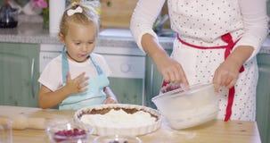 Meisje die op het baksel met anticiperen letten stock footage