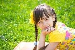 Meisje die op het gras in het park liggen Royalty-vrije Stock Foto's