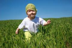 Meisje die op het gras lopen Stock Fotografie
