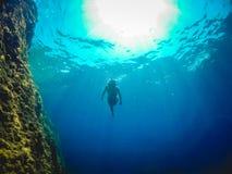 Meisje die op het overzees zwemmen royalty-vrije stock afbeelding