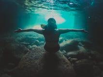 Meisje die op het overzees zwemmen stock afbeeldingen