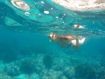 Meisje die op het overzees zwemmen stock foto's
