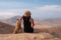 Meisje die op het panorama met haar puppyhond letten royalty-vrije stock afbeeldingen