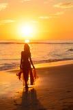 Meisje die op het strand bij zonsondergang dansen, Mexico 3 Stock Afbeeldingen