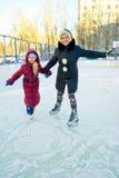 Meisje die op ijs schaatsen Stock Foto's