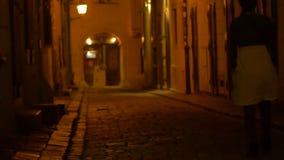 Meisje die op Middeleeuwse Straat lopen stock video