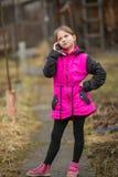 Meisje die op mobiele telefoon spreken Royalty-vrije Stock Foto's