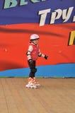 Meisje die op rolschaatsen berijden Stock Afbeelding