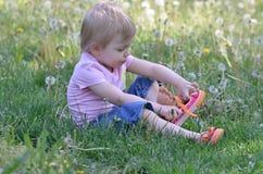 Meisje die op schoenen zetten stock afbeelding
