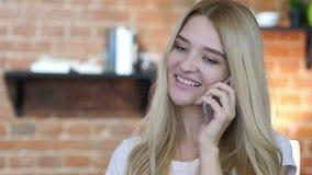 Meisje die op smartphone spreken stock footage
