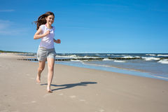 Meisje die op strand lopen Royalty-vrije Stock Foto's