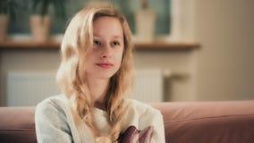 Meisje die op TV thuis letten De activiteit van de tienervrije tijd stock footage