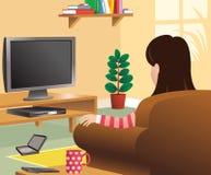 Meisje die op TV in woonkamer letten Royalty-vrije Stock Foto's