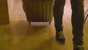 Meisje die op vakantie met grote koffer, bebouwd laag sectieschot gaan stock videobeelden