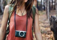 Meisje die in openlucht Onderzoekend Cameraconcept lopen Royalty-vrije Stock Fotografie