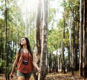 Meisje die in openlucht Onderzoekend Cameraconcept lopen Royalty-vrije Stock Foto's