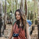Meisje die in openlucht Onderzoekend Cameraconcept lopen Stock Fotografie