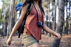 Meisje die in openlucht Onderzoekend Cameraconcept lopen Royalty-vrije Stock Foto