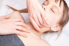Meisje die osteopathic behandeling van haar hals ontvangen stock afbeeldingen