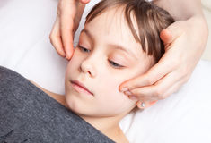 Meisje die osteopathic behandeling van haar hoofd ontvangen royalty-vrije stock afbeelding