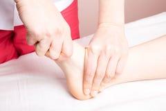 Meisje die osteopathic behandeling van haar voet ontvangen stock fotografie