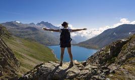 Meisje die over de bergen vliegen Stock Afbeelding