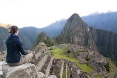 Meisje die over Machu Picchu kijken Stock Foto