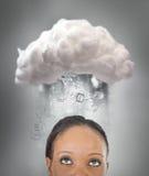 Meisje die over wolk gegevensverwerking denken royalty-vrije stock foto's