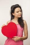 Meisje die overmaats hart houden Stock Afbeelding