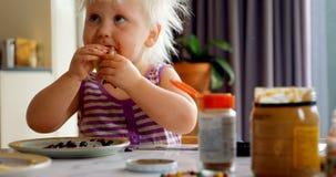 Meisje die pannekoek thuis 4k eten stock video