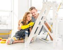 Meisje die papa helpen bij het schoonmaken royalty-vrije stock foto