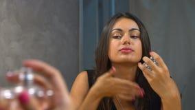 Meisje die parfum in decolletage en hals spuiten stock video