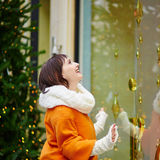 Meisje die Parijse die shop-windows bekijken voor Kerstmis wordt verfraaid Stock Fotografie