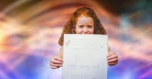 Meisje die A plus resultaat tonen tegen onduidelijk beeldachtergrond Royalty-vrije Stock Fotografie