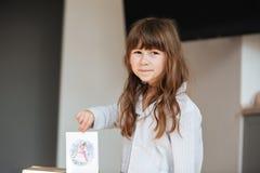 Meisje die prentbriefkaar tonen Royalty-vrije Stock Foto