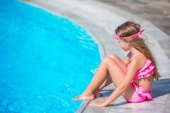 Meisje die pret met een plons dichtbij zwembad hebben Royalty-vrije Stock Foto