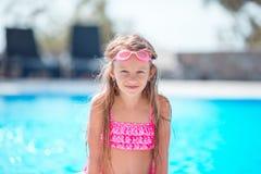 Meisje die pret met een plons dichtbij zwembad hebben Royalty-vrije Stock Fotografie