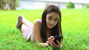 Meisje die pret op smartphone hebben stock videobeelden